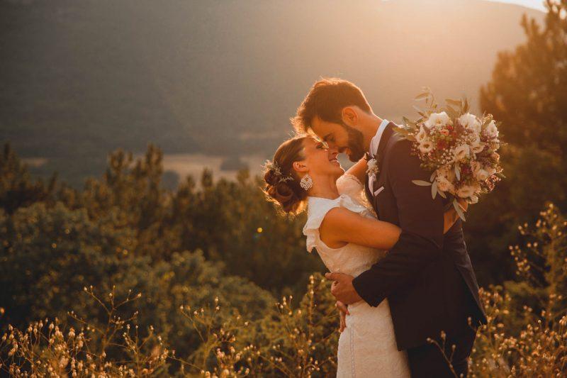 sposi al tramonto in montagna